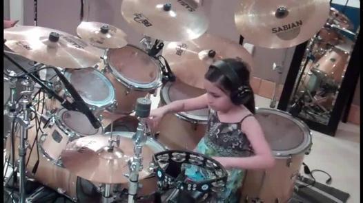 petite fille joue de la batterie