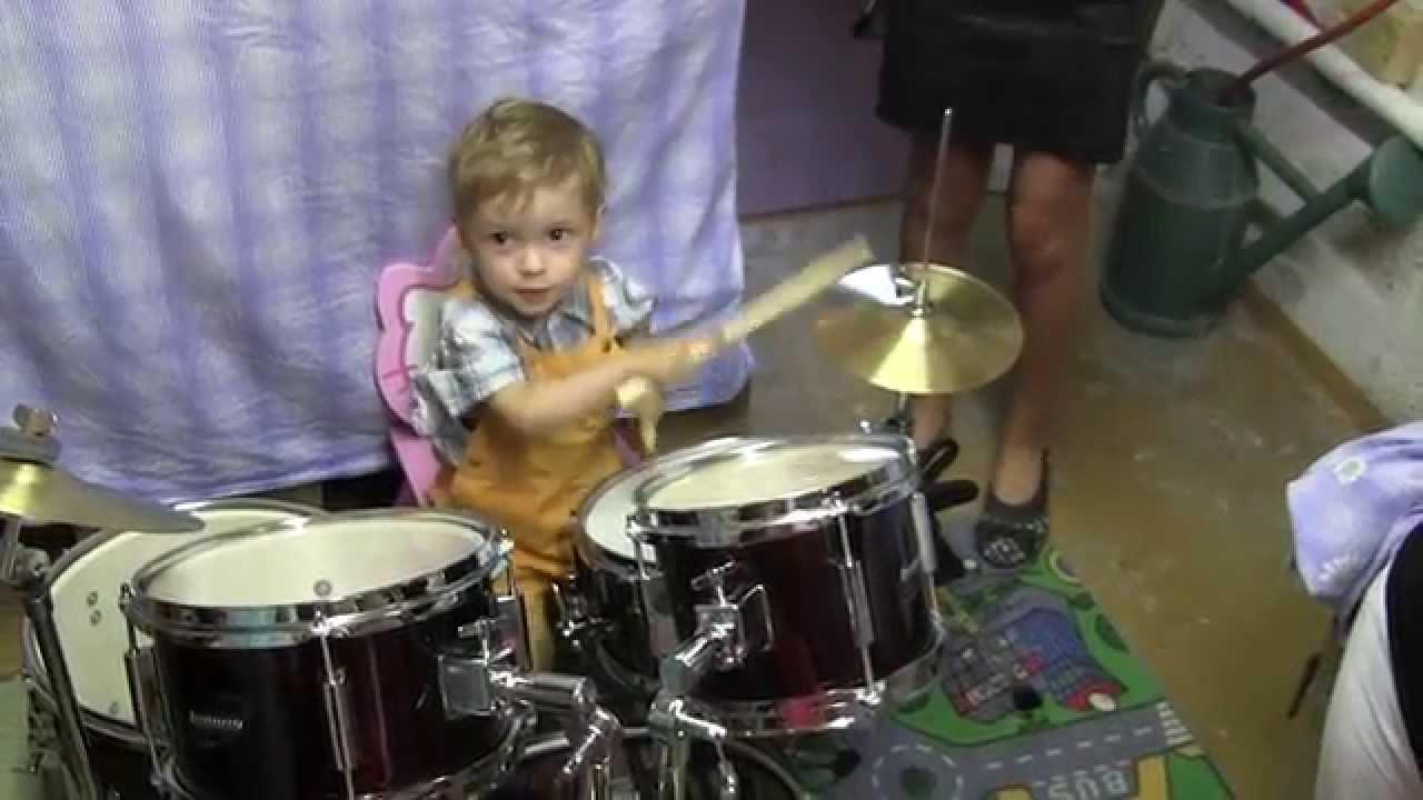 enfant qui joue de la batterie