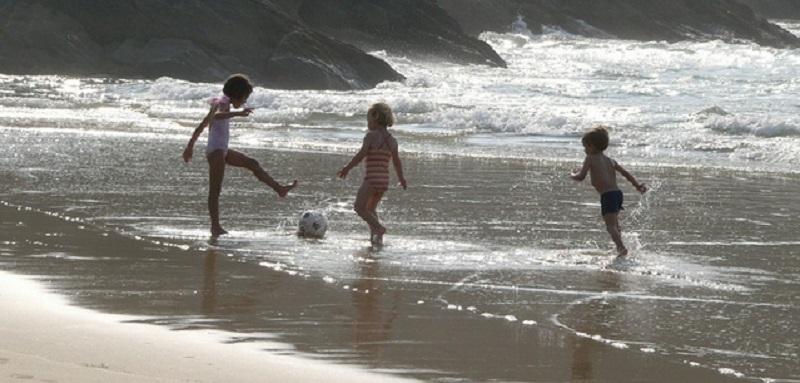 jeux de foot sur la plage