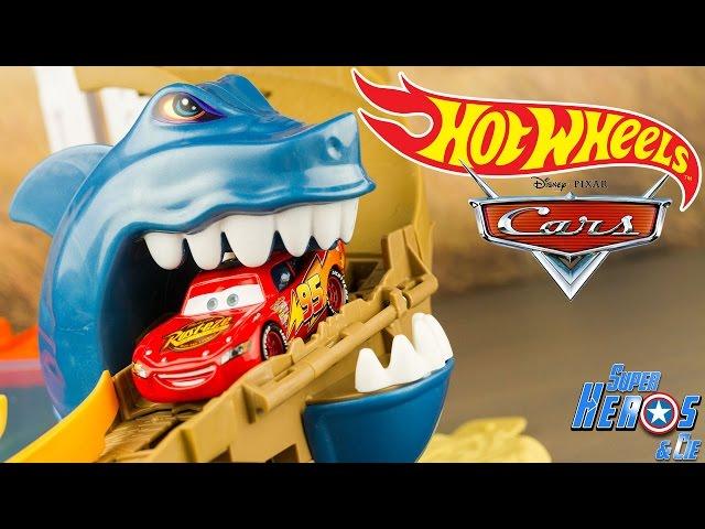 jouet requin attaque