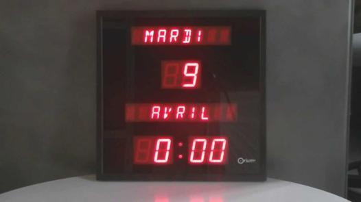 pendule calendrier électronique